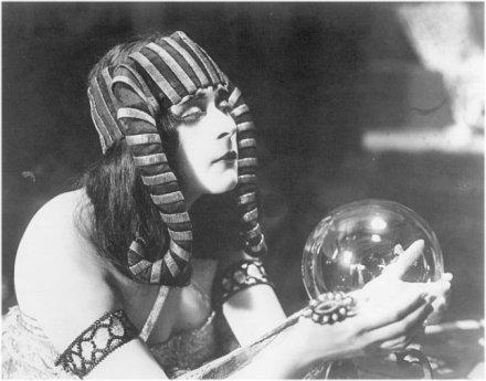 "Theda Bara dans le film ""Cleopatra""."